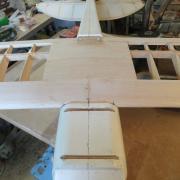 Le Fraisage du fuselage laisse apparaitre  les  traverses en Hetre  de  fixation du train