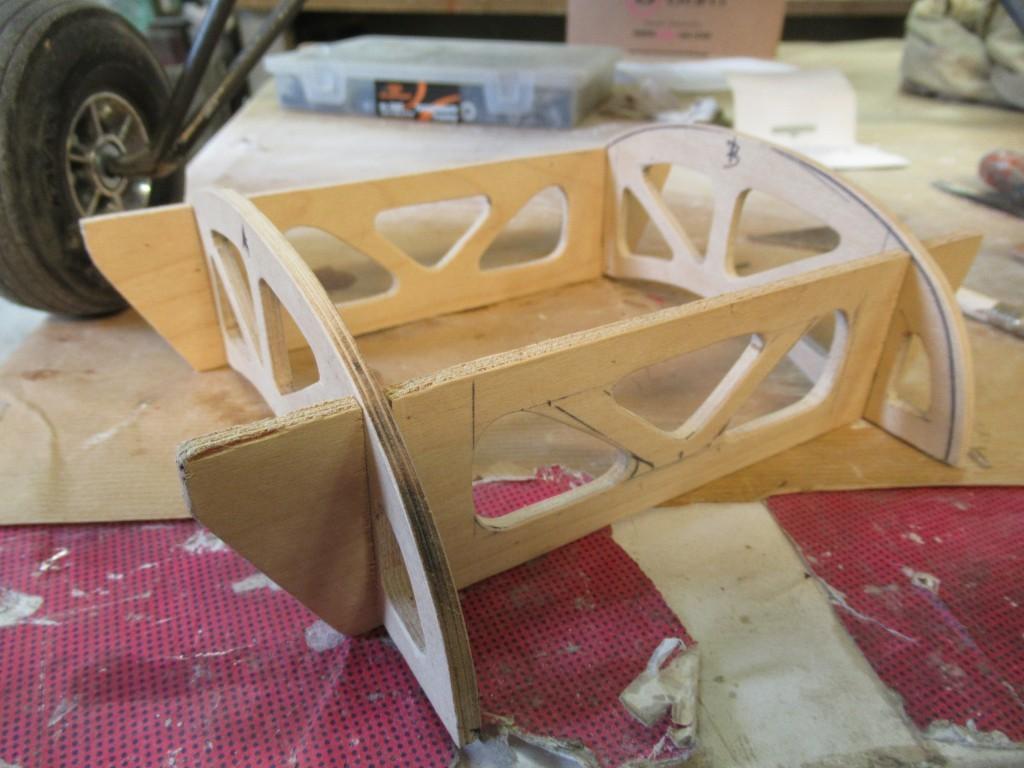 4 juin 2020 , réalisation de l'armature intérieure de la fixation de la cabane