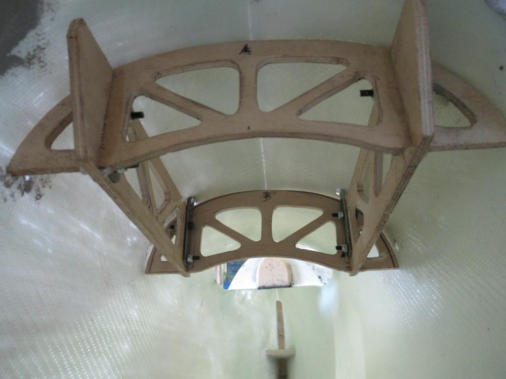 Cabane acier fixée sur armature bois , y'a plus qu'à résiner le tout dans la coque