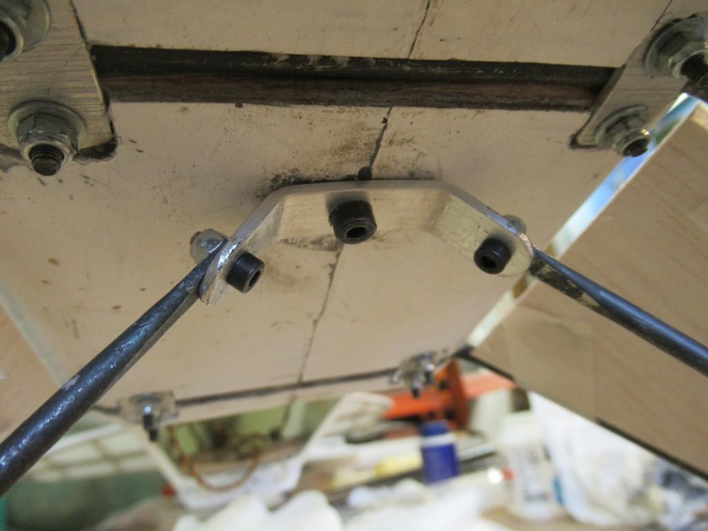 A l'interieur  ..un ressort repris sur la vis centrale  permet l'amortissement