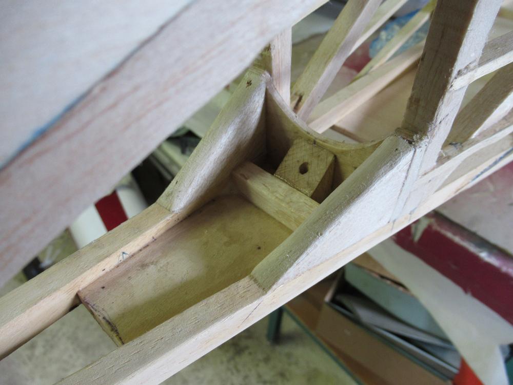 Détail de l'armature intérieure   du patin de queue