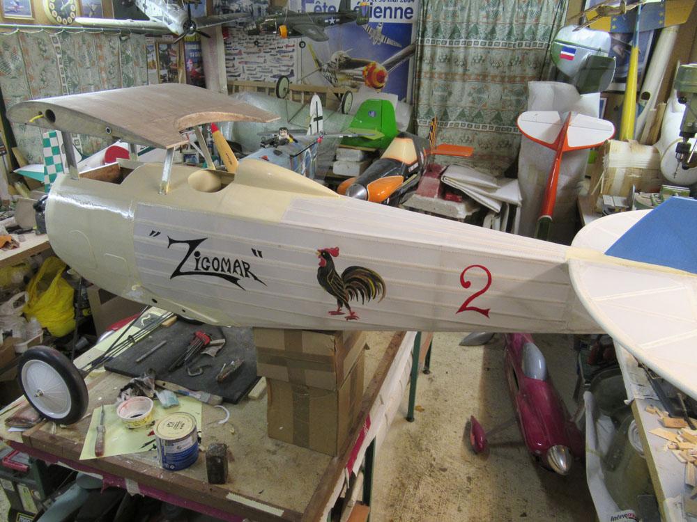 Après la pose de toutes les bandes , déco du fuselage en cour
