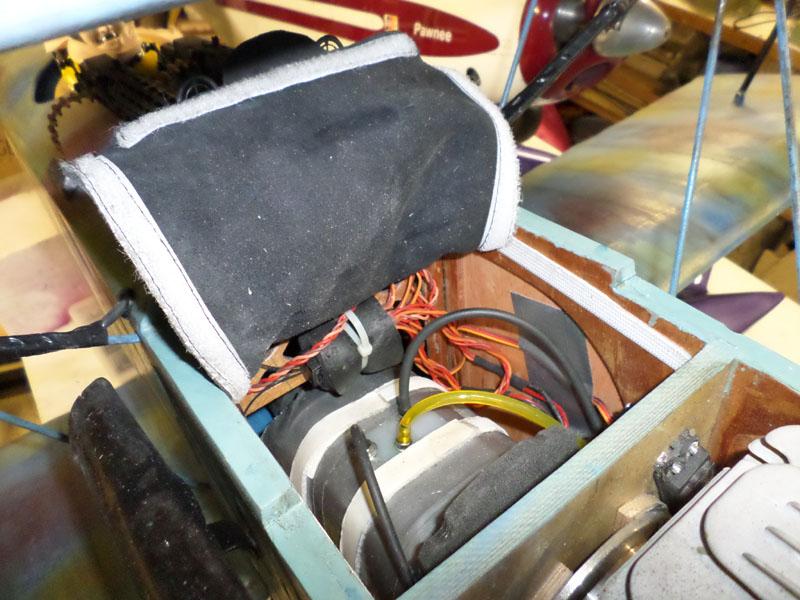 Trappe d'accès au compartiment réservoir( simili cuir et velcro)